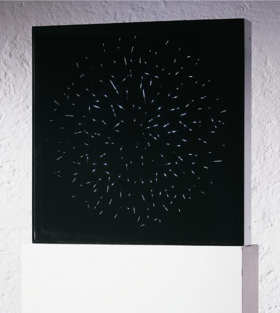 """""""EXPANSION I/II"""", 2016, 60 x 60 x10 cm, mit Sockel 1,28 m hoch, Plexiglas bedruckt mit Siebdruck, E-Motor, Leuchtstoffröhre, Gewicht 8 kg"""
