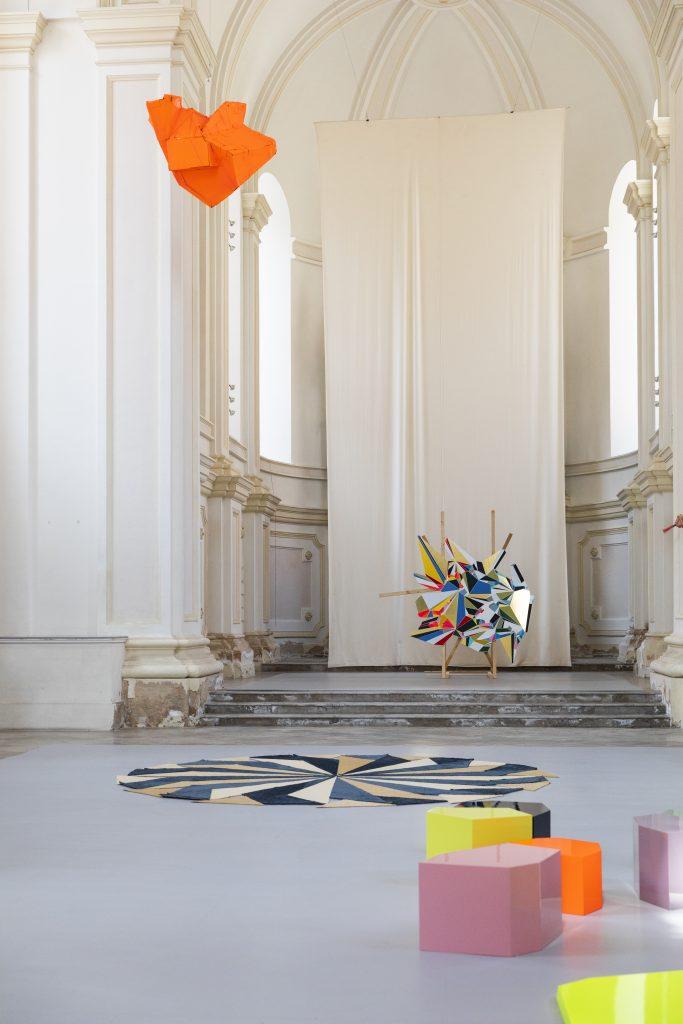 Kreusch Carolina, Raum schwankt Himmel fährt, Studienkirche Burghausen, Ausstellungsansicht Foto: Amelie Niederbuchner 2021